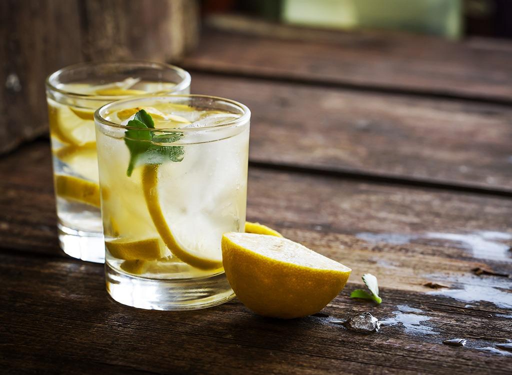 beber agua con limón