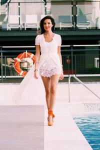 Candela Gomez en la piscina del Hotel Emperador