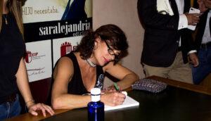 Alejandra grepi firmando libro